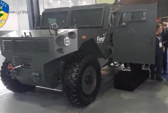 Governo anuncia compra de veículo blindado para a PM, que segura tiro de fuzil